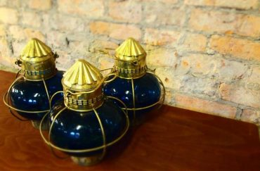 Second hand vintage store In Situ, oil lamps
