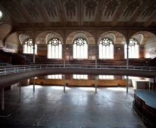 Photo of the venue's main hall, with balcony and stained glass windows