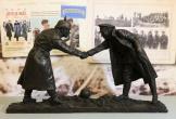 Model of the Christmas truce handshake statue